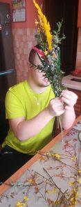Hubert z klasy 1ppc tworzy palmę wielkanocną (1)