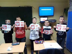 Dzieci pokazuja prace z symbolami narodowymi